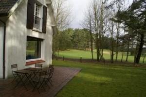 Vorne Haus, hinten Golfplatz!